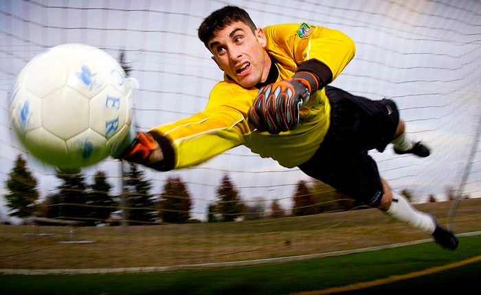 Image d'un gardien de foot en pleine action