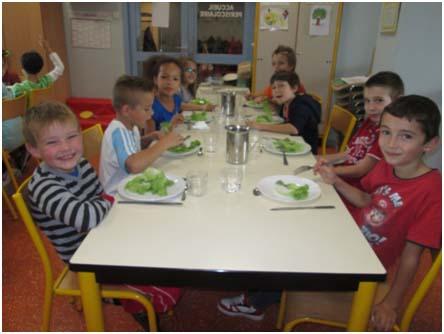 Photo d'enfants au restaurant scolaire de Saint-Jean-le-Vieux
