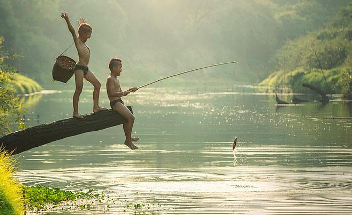Image de deux enfants en train de pêcher