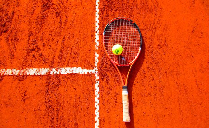 Image d'une raquette de tennis sur un terrain